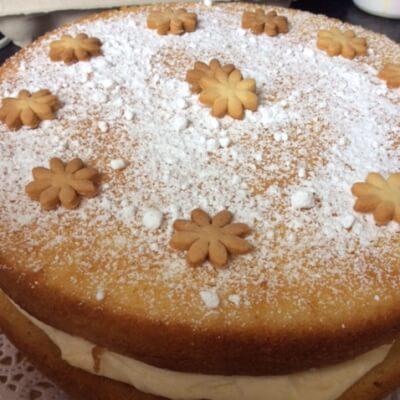 Vanilla Sponge Cake With Raspberry Jam And Butter Cream  8 People